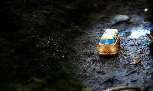 imagen de una furgoneta camper miniatura