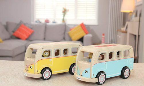 imagen de dos furgonetas camper de juguetes en madera